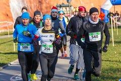 Eve Race van het 12de Nieuwjaar in Krakau Mensen het lopen kleedde zich in grappige kostuums Stock Foto