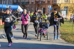 Eve Race van het 12de Nieuwjaar in Krakau Mensen het lopen kleedde zich in grappige kostuums Stock Afbeelding