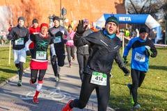 Eve Race van het 12de Nieuwjaar in Krakau Mensen het lopen kleedde zich in grappige kostuums Stock Foto's