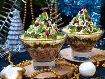 Eve Salad des neuen Jahres in den Schüsseln in Form eines Weihnachtsbaums lizenzfreie stockbilder