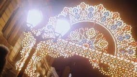 Evening świąteczną miasto ulicę Wszędzie chodzić ludzi zbiory wideo