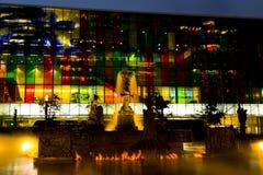 Evening światła, dymnego i pożarniczego występ przy Jean-Paul Riopelle ` s fontanny losem angeles Joute, fotografia stock