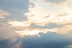 Evening światło z chmurami i niebieskim niebem zdjęcie stock