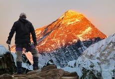 Evening barwionego widok góra Everest z turystą Zdjęcie Royalty Free