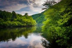 Evening chmurnieje odbicia w Lehigh rzece, przy Lehigh wąwozem Obrazy Stock