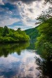 Evening chmurnieje odbicia w Lehigh rzece, przy Lehigh wąwozem Obrazy Royalty Free
