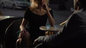 Evening datę Piękny żeński obsiadanie w kawiarni i kusić mężczyzna, pasja zbiory