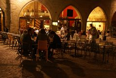 Evening diners relax in an outdoor restaurant Stock Photo