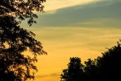 Evening krajobraz z kontrastującymi zmierzchów niebami Zdjęcia Stock
