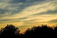 Evening krajobraz z kontrastującymi zmierzchów niebami Obrazy Royalty Free