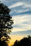 Evening krajobraz z kontrastującymi zmierzchów niebami Zdjęcie Stock