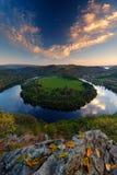 Evening krajobraz z rzeką Duży Czeski konia buta meander, zielona roślinność z wieczór słońcem Rzeczny Vltava z białymi chmurami  zdjęcie royalty free