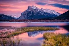 Evening lekki przy Vermillion jeziorami Rundle górą i, Banff, Canad zdjęcia stock