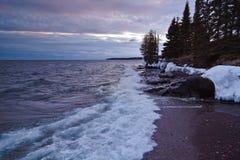 Evening nad Wyższym jeziorem w Północnym Minesota Fala hamuje na skalistej linii brzegowej fotografia stock
