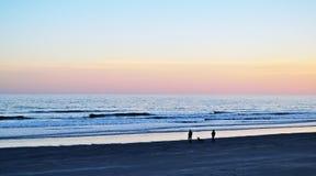 Evening spacer na plaży Fotografia Stock