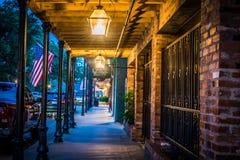 Evening spacer wzdłuż Frontowej ulicy w Natchitoches Luizjana Obraz Royalty Free