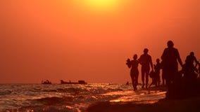 Evening spacer wzdłuż wybrzeża zdjęcie wideo