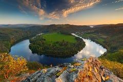 Evening spadku krajobraz z rzeką Duży Czeski konia buta meander, zielona roślinność z wieczór słońcem Rzeczny Vltava, biel chmury zdjęcie royalty free