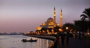 Evenning Ansicht von Sharjah See und von Alnoor Moschee Stockbild