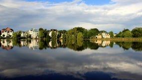 Evenning ljus och reflexion blå sjö med ny luft arkivfoton