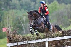 eventer το άλογο φραγών υπερνικά τη γυναίκα Στοκ Φωτογραφίες
