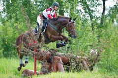 eventer το άλογο φραγών υπερνικά τη γυναίκα Στοκ φωτογραφία με δικαίωμα ελεύθερης χρήσης