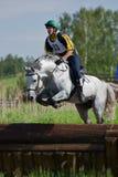 Eventer en caballo es cerca del descenso en salto de agua Fotografía de archivo