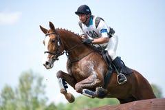 Eventer en caballo es supera la cerca del registro Imágenes de archivo libres de regalías