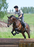 Eventer sur le cheval est frontière de sécurité de baisse dans le saut d'eau images libres de droits