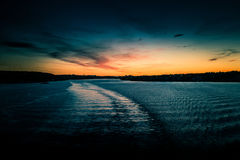 eventing从轮渡的瑞典冬天的美好,五颜六色的海景 免版税图库摄影