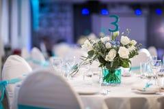 Evento belamente organizado - tabelas de banquete servidas prontas para convidados imagem de stock royalty free