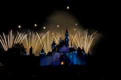 Evento de la noche del fuego artificial de Disneyland, exhibición espectacular del fuego artificial para un aniversario de 10 año Foto de archivo libre de regalías