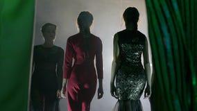 Evento de la tarde, grupo de muchachas delgadas en ropa elegante y calzado cómodo en el podio de la iluminación en desfile de mod almacen de metraje de vídeo