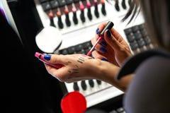 Evento del maquillaje Muchacha que elige lustre del labio Imagen de archivo libre de regalías