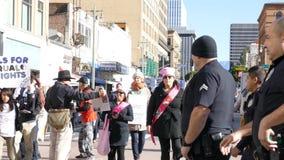 Evento especial y manifestantes de marzo de las mujeres alrededor de Los Ángeles almacen de metraje de vídeo