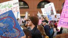 Evento especial y manifestantes de marzo de las mujeres alrededor de Los Ángeles almacen de video