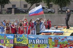 Evento festivo di divertimento sul tram dell'acqua con la figura di Peter le grande alla testa della celebrazione Immagini Stock
