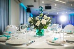 Evento meravigliosamente organizzato - tavole di banchetto servite pronte per gli ospiti fotografia stock