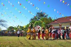 Evento tradicional de Manau de la tribu de Kachin para adorar a dios y para desear al rey de Tailandia Imagen de archivo libre de regalías