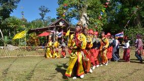 Evento tradicional de Manau de la tribu de Kachin para adorar a dios y para desear al rey de Tailandia Imágenes de archivo libres de regalías