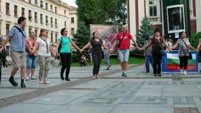 Eventos do ar livre, bandeira nacional da cor, pessoa que dança no círculo, danças tradicionais búlgaras video estoque