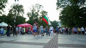 Eventos do ar livre no centro da cidade, pessoa que dança no círculo com bandeira nacional, flashmob, Europa video estoque