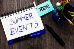 Eventos do verão do texto da escrita Eventos da celebração do significado do conceito que ocorre durante o caderno aberto do verã fotografia de stock