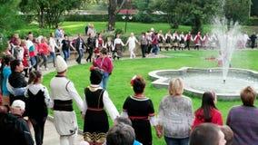 Eventos no parque, danças tradicionais búlgaras do ar livre, trajes nacionais da cor video estoque
