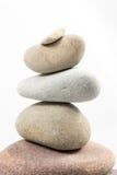 In evenwicht brengende die stenen op witte achtergrond worden geïsoleerd Royalty-vrije Stock Afbeeldingen