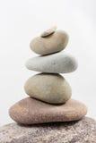 In evenwicht brengende die stenen op witte achtergrond worden geïsoleerd Royalty-vrije Stock Fotografie
