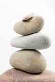 In evenwicht brengende die stenen op witte achtergrond worden geïsoleerd Royalty-vrije Stock Afbeelding
