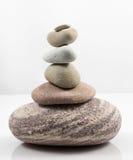 In evenwicht brengende die stenen op witte achtergrond worden geïsoleerd Royalty-vrije Stock Foto