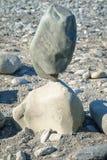 In evenwicht brengende grote stenen in evenwicht royalty-vrije stock foto
