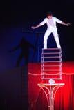 In evenwicht brengende handeling bij circus in Roemenië royalty-vrije stock afbeeldingen